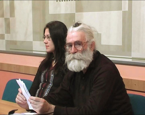 July 2008, Belgrade, Serbia: Radovan Karadzic posing as a doctor of alternative medicine called Dr Dragan David Dabic, attending a medical lecture. Karadzic was captured in disguise near Belgrade after 11 years on the run and had been working as a doctor Sursa imaginii: http://www.guardian.co.uk/world/gallery/2008/jul/22/radovankaradzic.warcrimes?picture=354766381